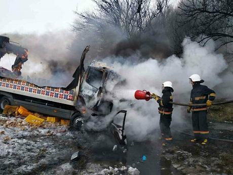 Жахлива ДТП наДніпропетровщині: троє загиблих, вантажівка талегковик згоріли вщент