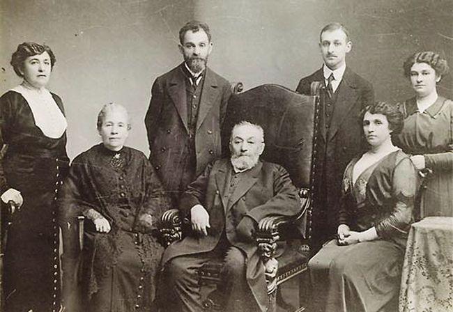Семья Шестовых: родители, сестры, братья (в центре на фото стоит Лев Исаакович)