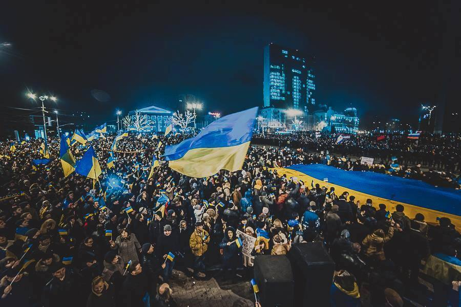 """""""Это мы виновны в войне. Это мы позвали к себе гиркиных, моторол и всякую шушваль"""", - возле """"Донбас-Арены"""" сожгли флаг террористов """"ДНР"""" - Цензор.НЕТ 1319"""