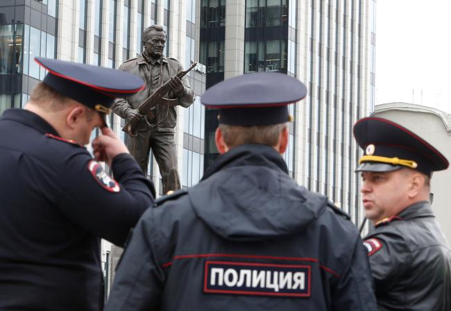 Снявших табличку с монумента Калашникову рабочих задержали, однако отпустили