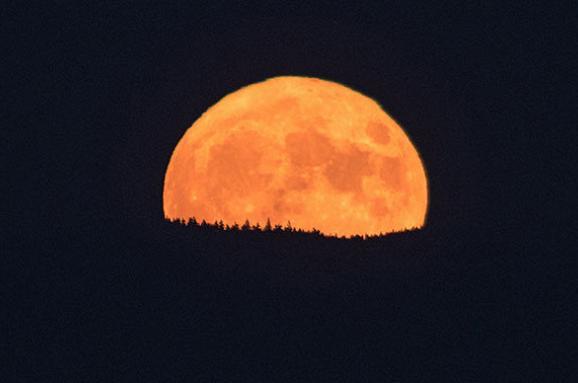 УНоворічну ніч земляни побачать найбільше зближення Місяця і Землі