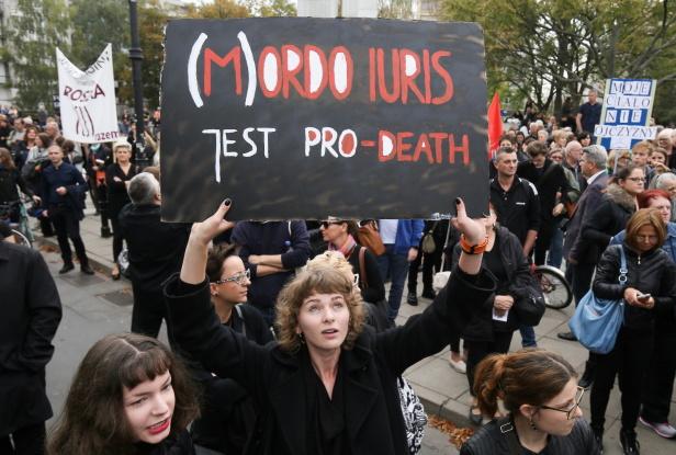 ВПольше десятки тыс. женщин будут протестовать против запрета абортов
