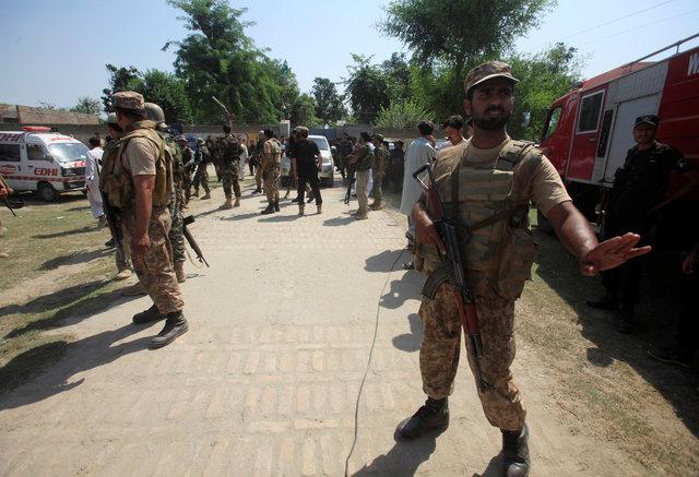 12 погибших при взрывах около  суда насевере Пакистана