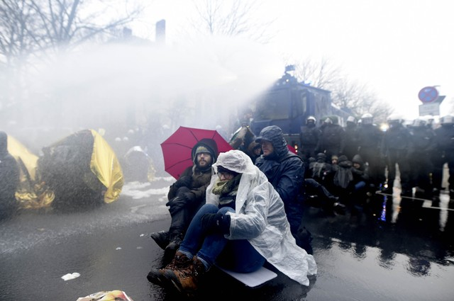 Милиция разгоняла активистов водометами— Протесты вГермании