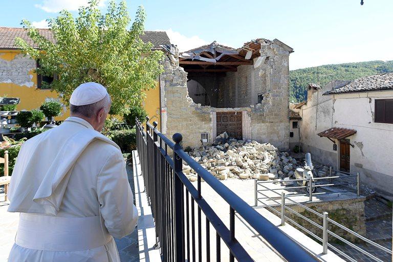 Папа Римский приехал всильно пострадавший отземлетрясения итальянский город Аматриче