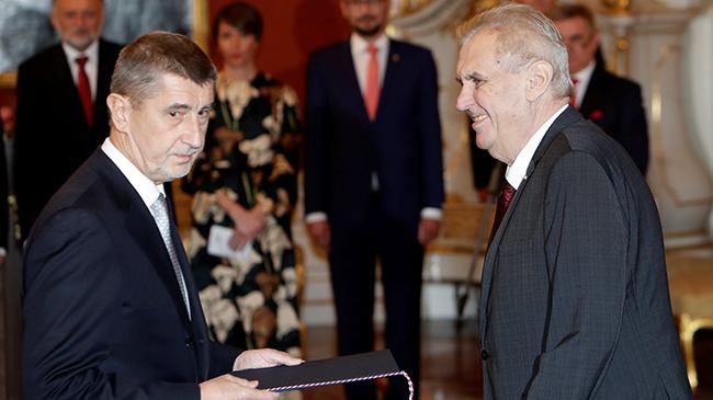 Президент Чехии принял вовторник отставку руководства