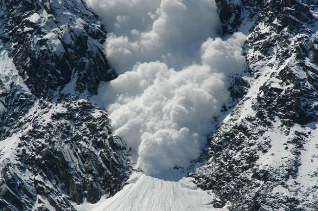 УКарпатах згори Плай зійшла снігова лавина