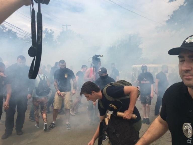 ВОдессе активисты устроили потасовку сдымовыми шашками: детали ивидео