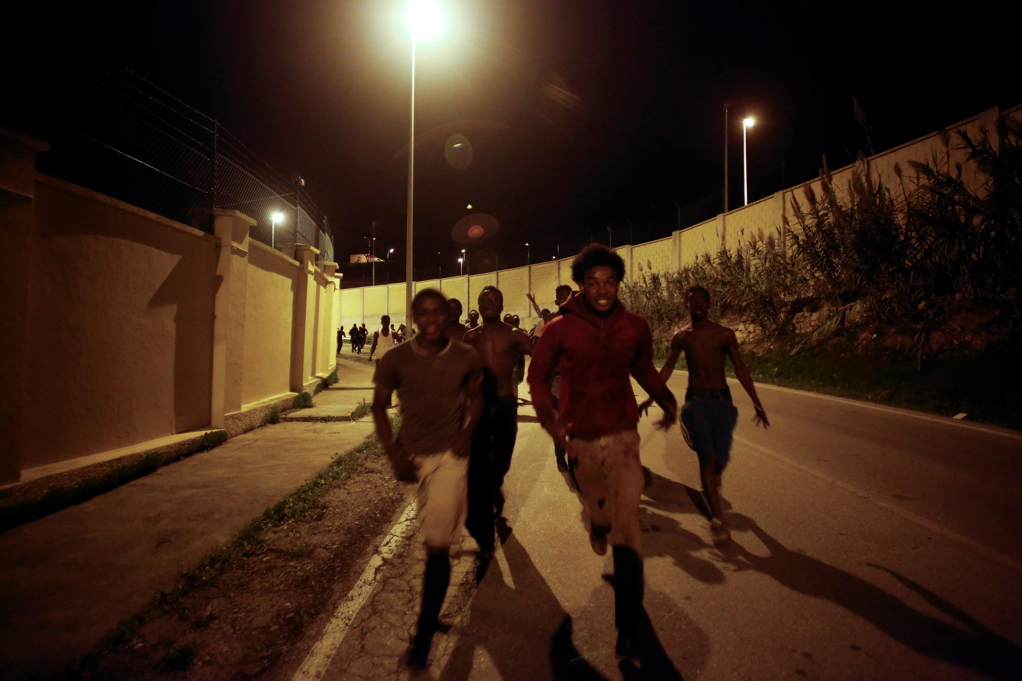 Сотни мигрантов прорвались через шестиметровый забор вИспанию