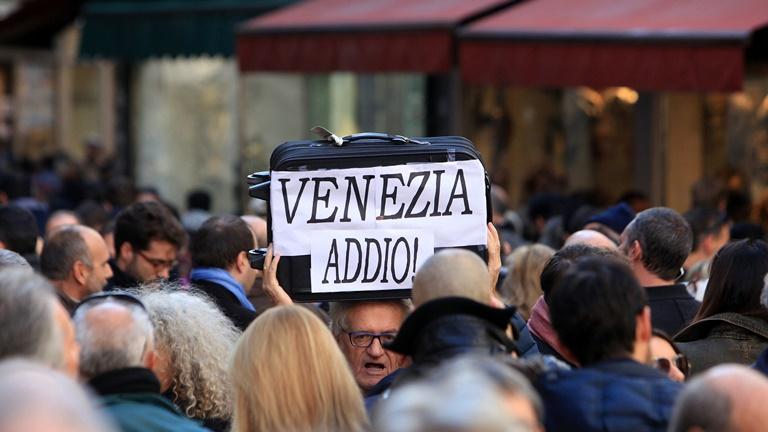 Сотни граждан Венеции сегодня потребовали ограничить количество туристов вгороде