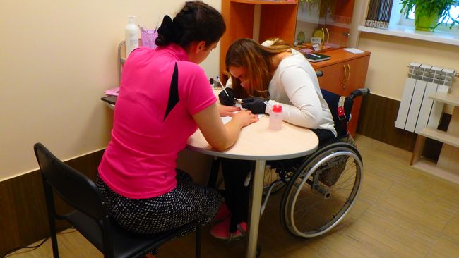 В Виннице открылся инклюзивный маникюрный кабинет, где работают люди на инвалидных колясках
