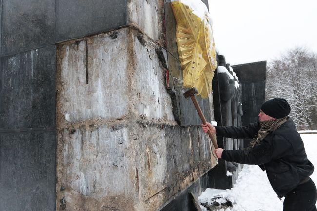 ВоЛьвове радикалы разбили памятник Славы советским солдатам