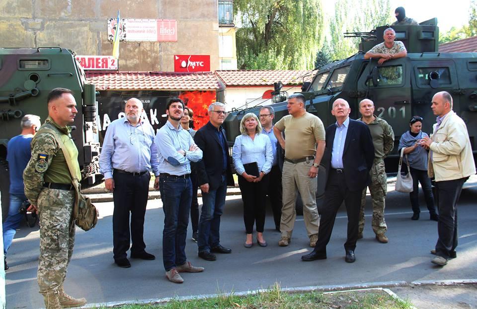 unian.ua Французькі сенатори вперше відвідали прифронтову зону на Донбасі 980b9e610ff50