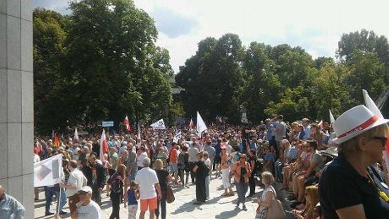 УВаршаві люди вийшли намасовий мітинг проти зміни судоустрою