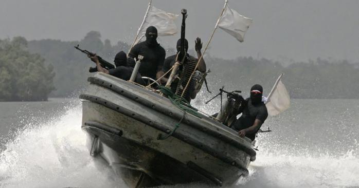У побережья Африки пираты захватили восемь украинских моряков