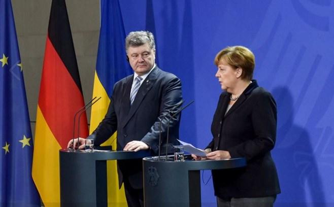 Меркель призвала Порошенко крешающему шагу вминских соглашениях