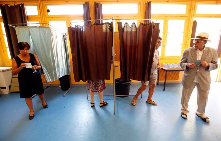 На виборах у Франції фіксують вкрай низьку явку