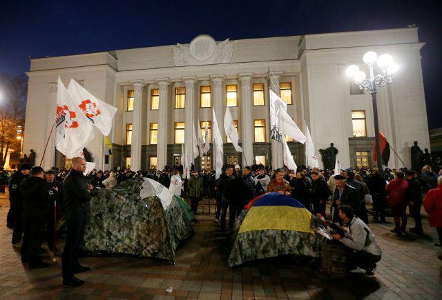 Ніч унаметовому містечку: протестувальники незбираються розходитися (ФОТО, ВІДЕО)