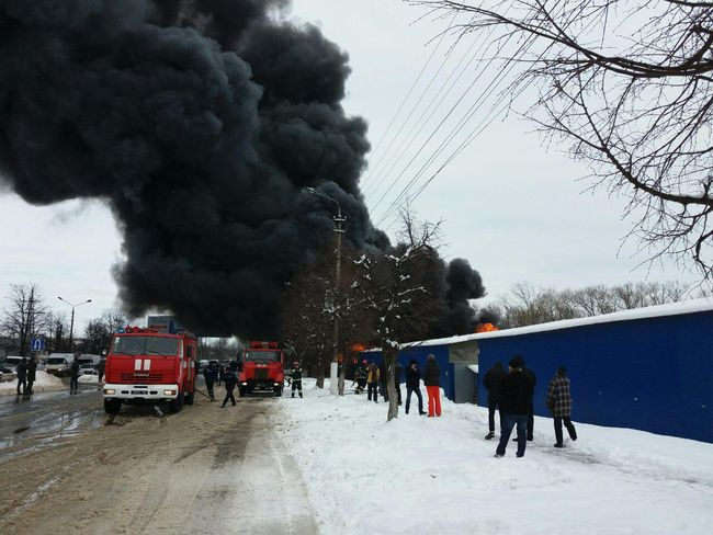 У Чернівцях на території найбільшого місцевого Калинівського ринку о 13 39  в секторі продажу килимів виникла масштабна пожежа на площі близько 1000 м.  кв. 9ee52f5613f7d