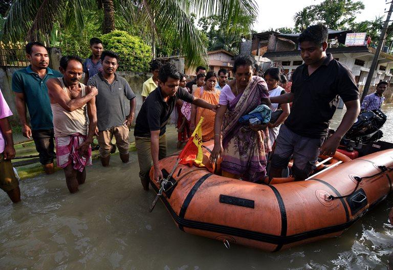 Неменее 700 человек погибли при наводнениях вЮжной Азии
