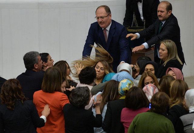 Драка впарламенте Турции: пострадавших вынесли наносилках