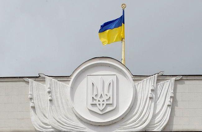 ВРУ запретила пускать вздания парламента иКабмина людей соружием