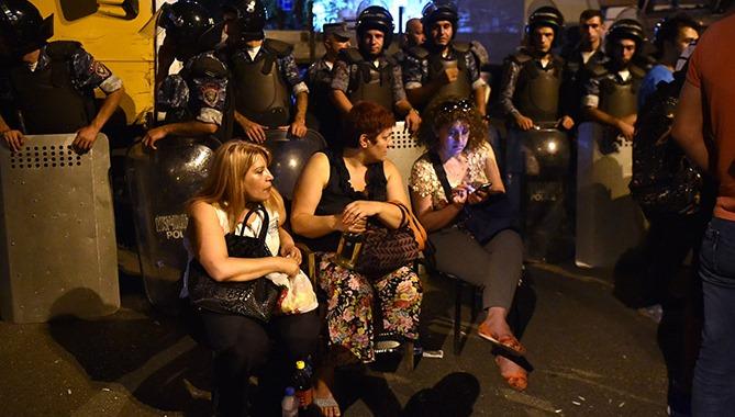 ВЕреване начались столкновения протестующих сполицией