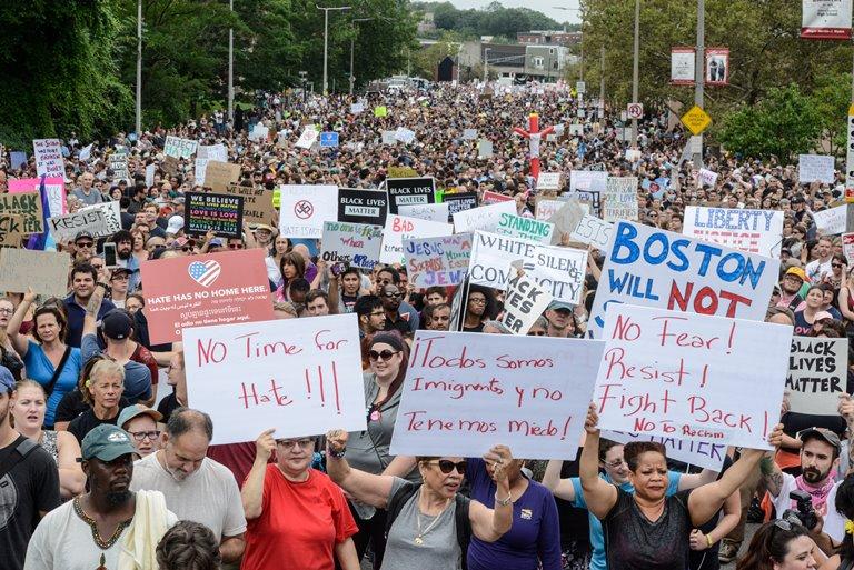 Время отвремени протесты помогают совместить страну— Трамп