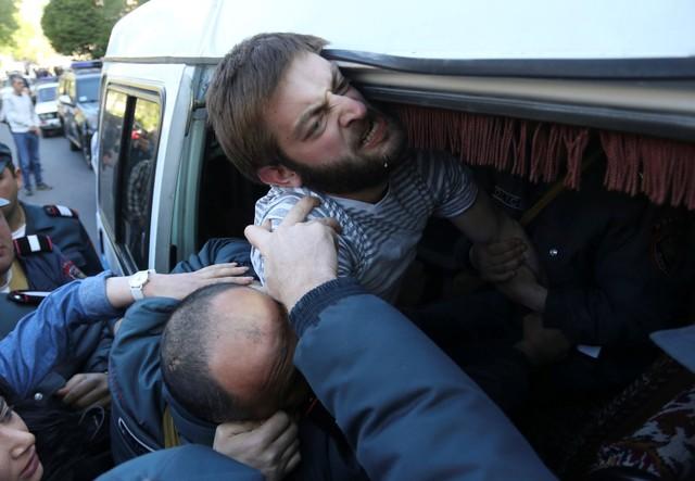 Протести у Єревані продовжуються, поліція затримує активістів