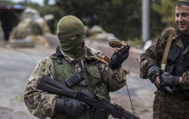 УМар'їнці снайпер терористів поранив мирного жителя, який повертався додому змагазину
