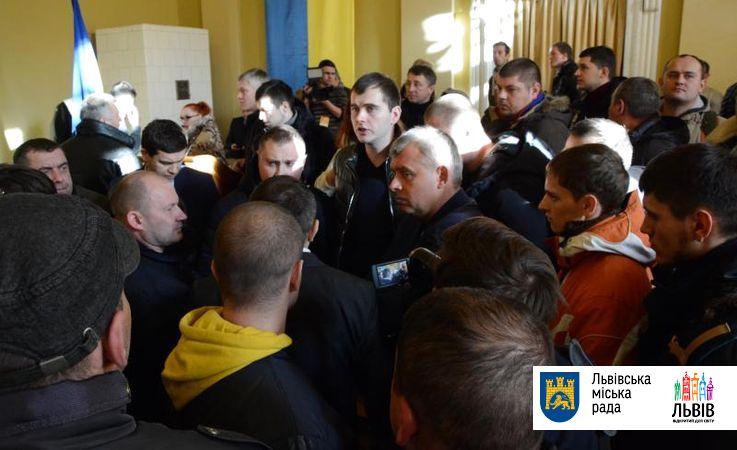 Насессии Львовского горсовета пикетчики побили охранников