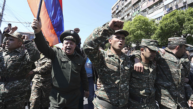 До протестувальників у Єревані приєдналася група військових (16.99 22) 2055a2a1ee70b
