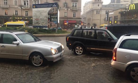 Затоплены первые этажи зданий— Ливни вТбилиси