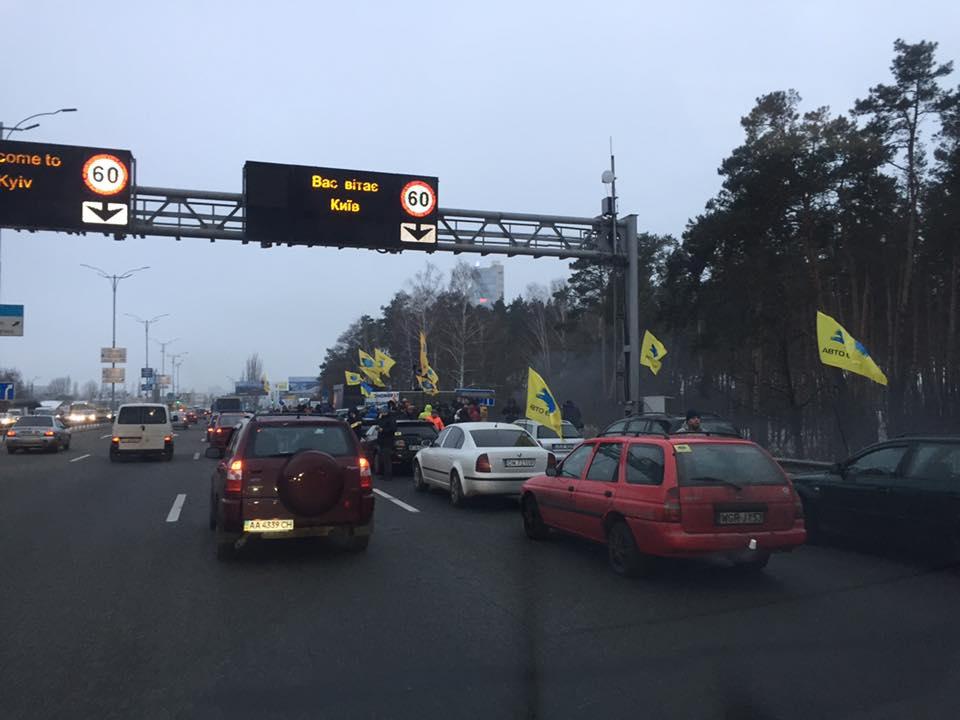 ВКиеве протестующие частично перекрыли автотрассу иподожгли покрышки