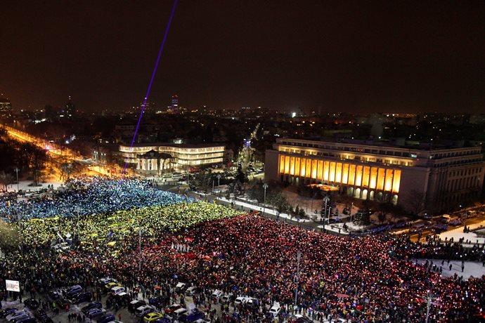 Большой флагЕС развернули наантиправительственных протестах вРумынии
