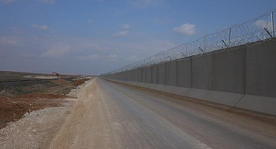Турция наполовину завершила строительство стены награнице сСирией