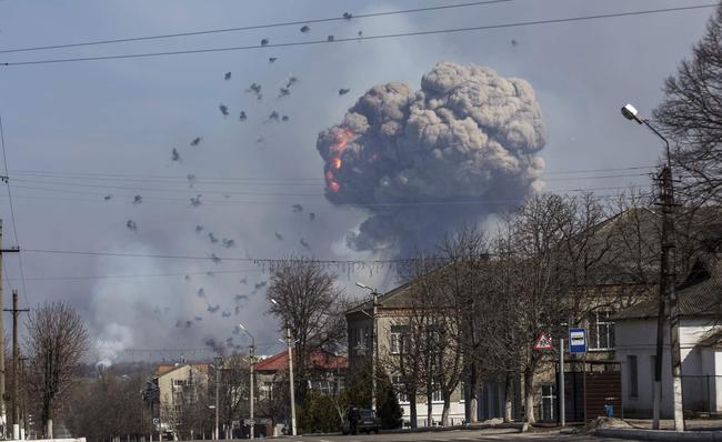 Навоенном складе вБалаклее продолжают взрываться боеприпасы