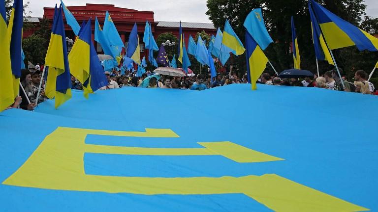 Президент поздравил крымских татар сДнем государственного флага