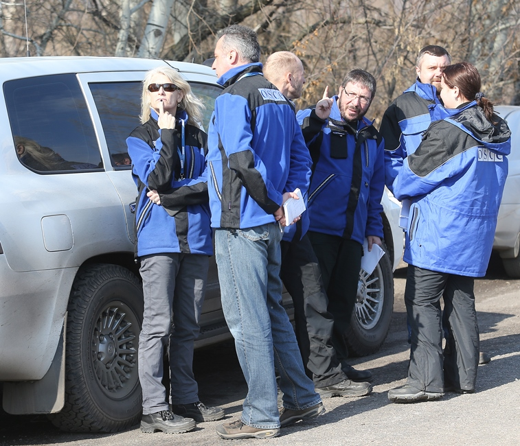 Патрули ОБСЕ возобновили работу вДонбассе после паузы из-за подрыва машины