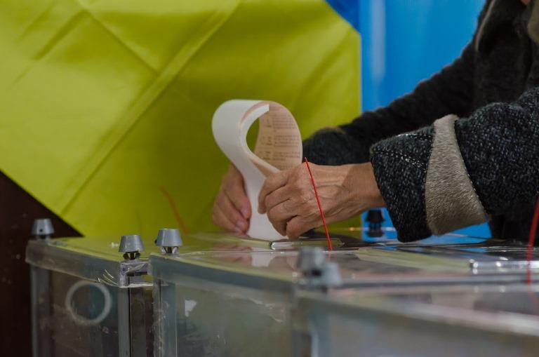 ОПОРА: УМаріуполі виборець виніс з дільниці бюлетень