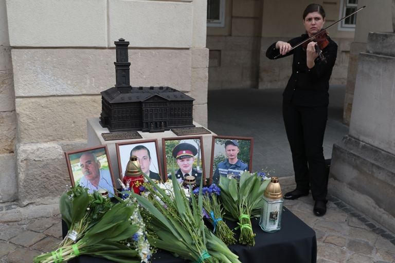 УЛьвові мовчазною акцією вшанували пам'ять загиблих наГрибовицькому сміттєзвалищі рятувальників (ВІДЕО)