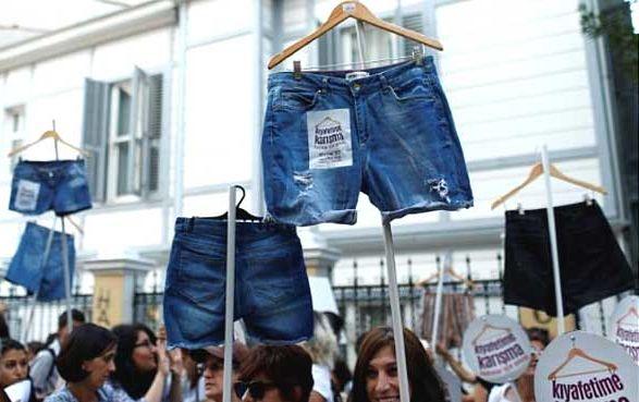 theinsider.ua У Туреччині сотні жінок вийшли на акцію за свободу одягатися 7b603c6575e4c