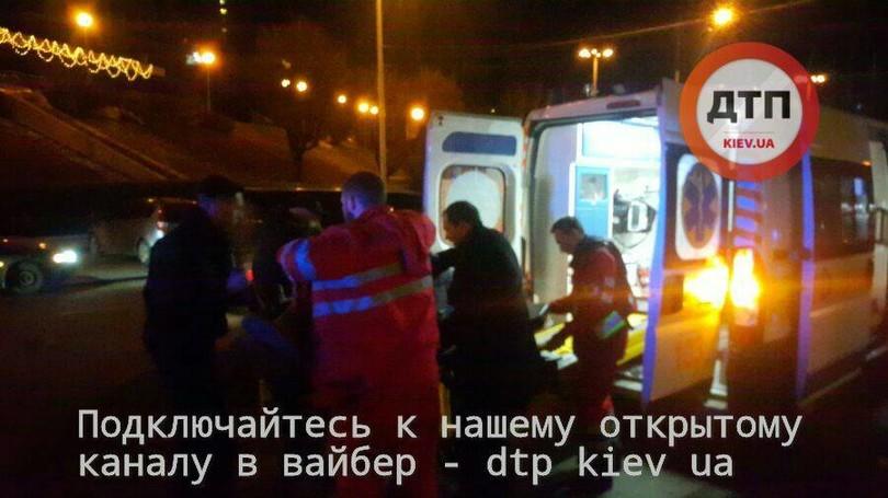 Около киевского замка спорта неизвестный расстрелял мужчину иженщину