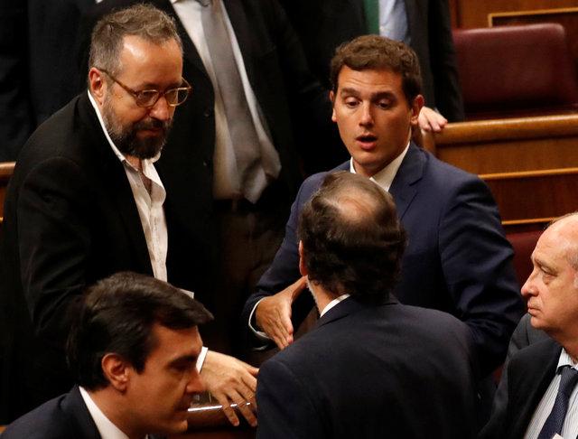 Парламент Испании впервом туре отверг кандидатуру Рахоя напост премьера