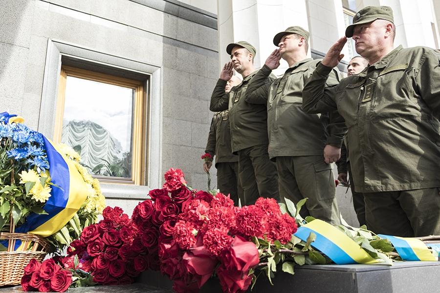 Настіні Верховної Ради відкрили меморіальну дошку загиблим нацгвардійцям