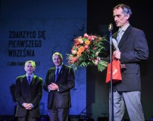 THE ANGELUS AWARD WINNER RECEIVES A UNIQUE STATUETTE BY EVA ROSSANO AND A CHECK FOR 150,000 ZLOTY. PAVOL RANKOV, WHO ALSO WON THE NATALIA GORBANEVSKAYA AUDIENCE AWARD, RECEIVES IT FROM WROCLAW PRESIDENT RAFAL DUTKIEWICZ AND THIS YEAR'S JURY HEAD MYKOLA RIABCHUK