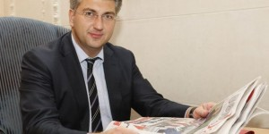 ANDREJ PLENKOVIC TOOK A GREAT INTEREST IN DEN/THE DAY, AND TOOK A COPY OF EACH AS KEEPSAKES. THE MEP ALSO NOTED THAT THE CROATIAN LANGUAGE WAS MORE SIMILAR TO UKRAINIAN THAN POLISH WAS
