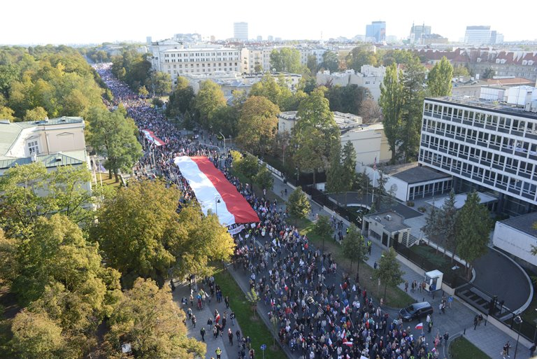 Тысячи поляков вышли наантиправительственную демонстрацию вВаршаве