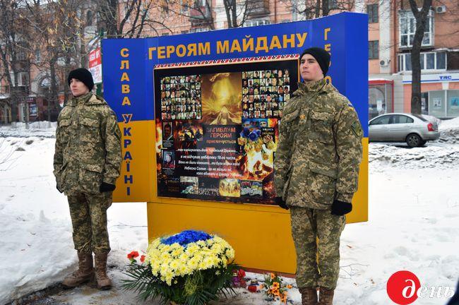 Около 500 активистов почтили память Героев Крут умемориала вКиеве